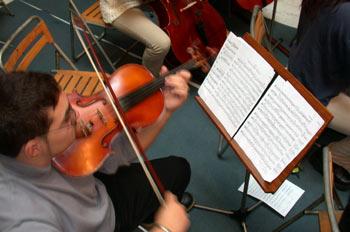 Ensayo tocando una viola