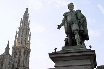 Estatua de Rubens con la torre de la catedral de fondo, Amberes,