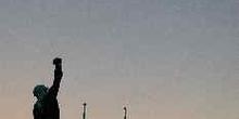 Contraluz en el monumento al soldado situado junto al Monumento
