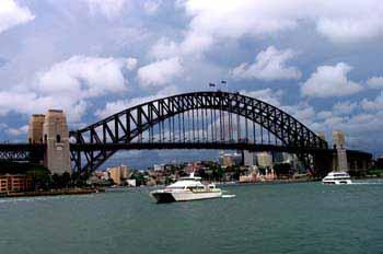 Tráfico fluvial bajo el puente de Sydney, Australia