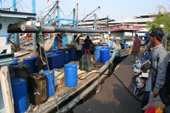 Repostando gasolina, Jakarta, Indonesia