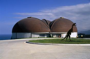 Fachada del Museo del Jurásico de Asturias, Colunga