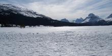 Lago Bow helado con el Pico Bow (2868 m) al fondo, Parque Nacion