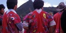 Hombres con la vestimenta tradicional en Zinacantán, México