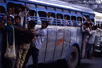 Autobús público por las calles de Calcuta, India