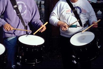 Tocar los tambores