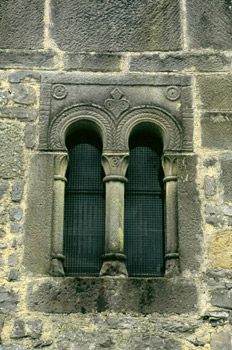 Ventana bífora de la iglesia de San Salvador de Valdediós, Villa