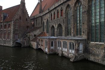 Vista de un canal típico de Brujas, Bélgica