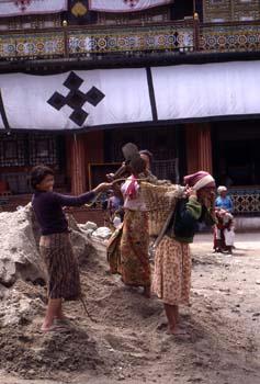 Trabajadoras del Monasterio de Rumtek, cargando arena, Sikkim, I