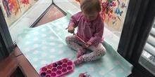 Chloe haciendo actividades en casa 7
