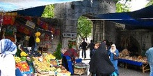 Venta de frutas fuera de Fatih Camii, Estambul, Turquía