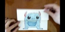 Monstruo con papel doblado
