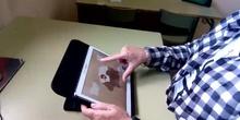 Movimiento circular de los dedos en sentido contrario de las agujas del reloj en una tablet.