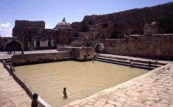 Niños bañándose en una cisterna de Thulla, Yemen