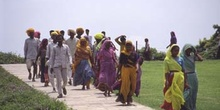 Grupo de personas del Rajasthan paseando por un parque, Delhi, I