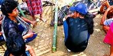 Elaboración de canasta de transporte de cerdos, Sulawesi, Indone