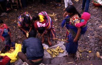 Mujeres comprando mazorcas en el mercado de Chichicastenango, Gu