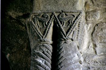 Capitel cúbico-prismático de la iglesia de Santa Cristina de Len
