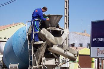 Limpiando hormigonera en Peñafiel, Valladolid