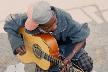 Chico africano tocando la guitarra, Namibia