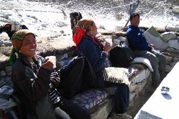 Conductoras de yaks tomando té