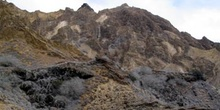 Paisaje árido de toba volcánica en Punta Pitt en la Isla San Cri