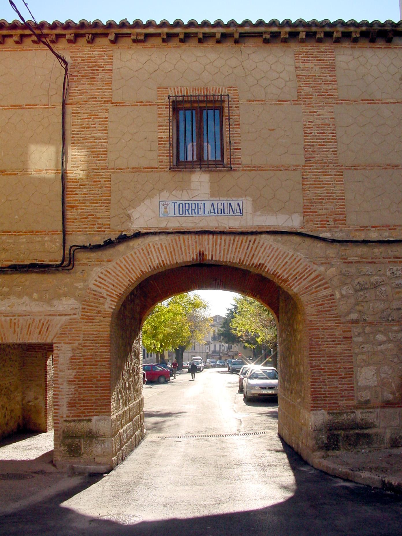 Calle con arco en Torrelaguna