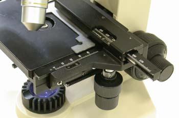 Tornillos de enfoque de un microscopio