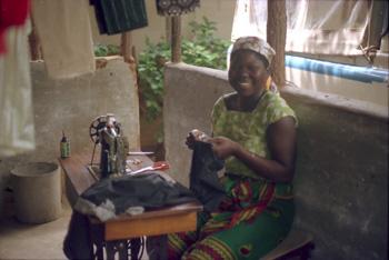 Mujer cosiendo, Nacaroa, Mozambique