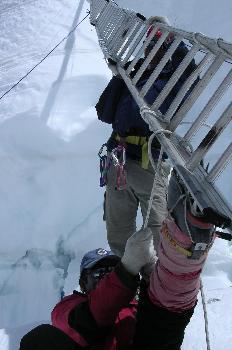 Reforzando la escalera con cuerdas