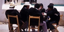 Grupo de hombres con la vestimenta tradicional en San Juan Chamu