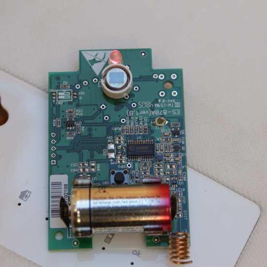Detector PIR mostrando su circuitería electrónica y batería