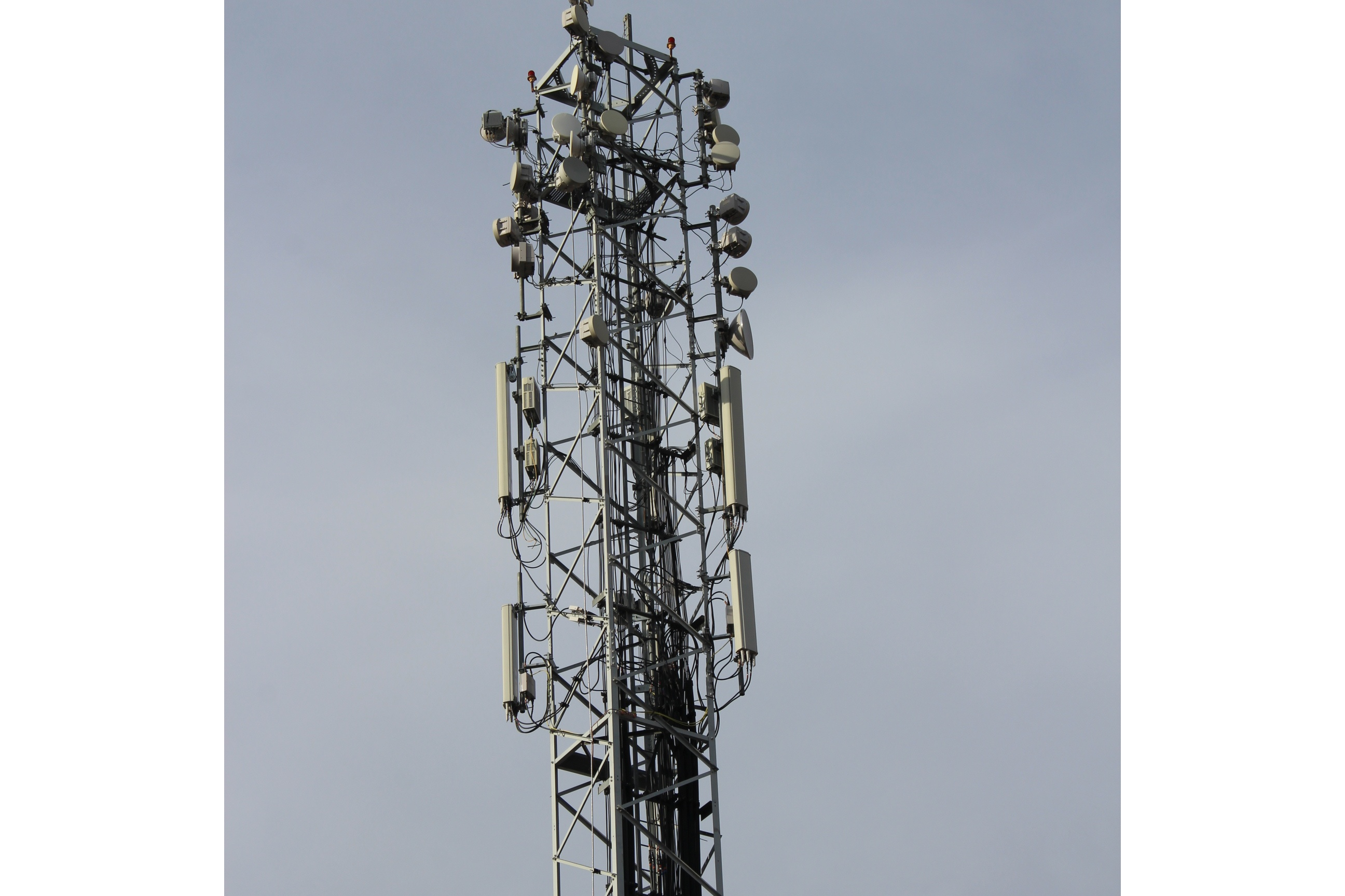 Estación base de telefonía móvil con múltiples radioenlaces fijos