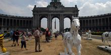 Exposición de caballos de artista en las inmediaciones del Arco