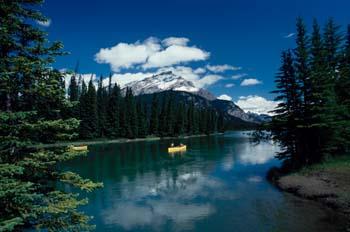 Piraguas en las Montañas Rocosas