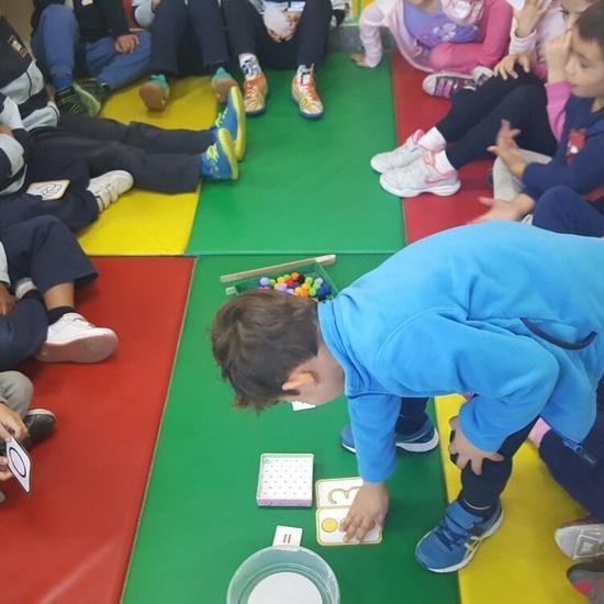 Las abejas de Infantil 5c aprenden a sumar jugando  1