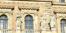 Esculturas de la fachada de la Universidad de Corvinus, Budapest