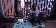 Dentista callejero ofreciendo sus servicios, Calcuta, India