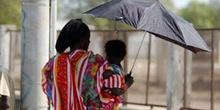 Mujer con niño y paraguas, Rep. de Djibouti, áfrica