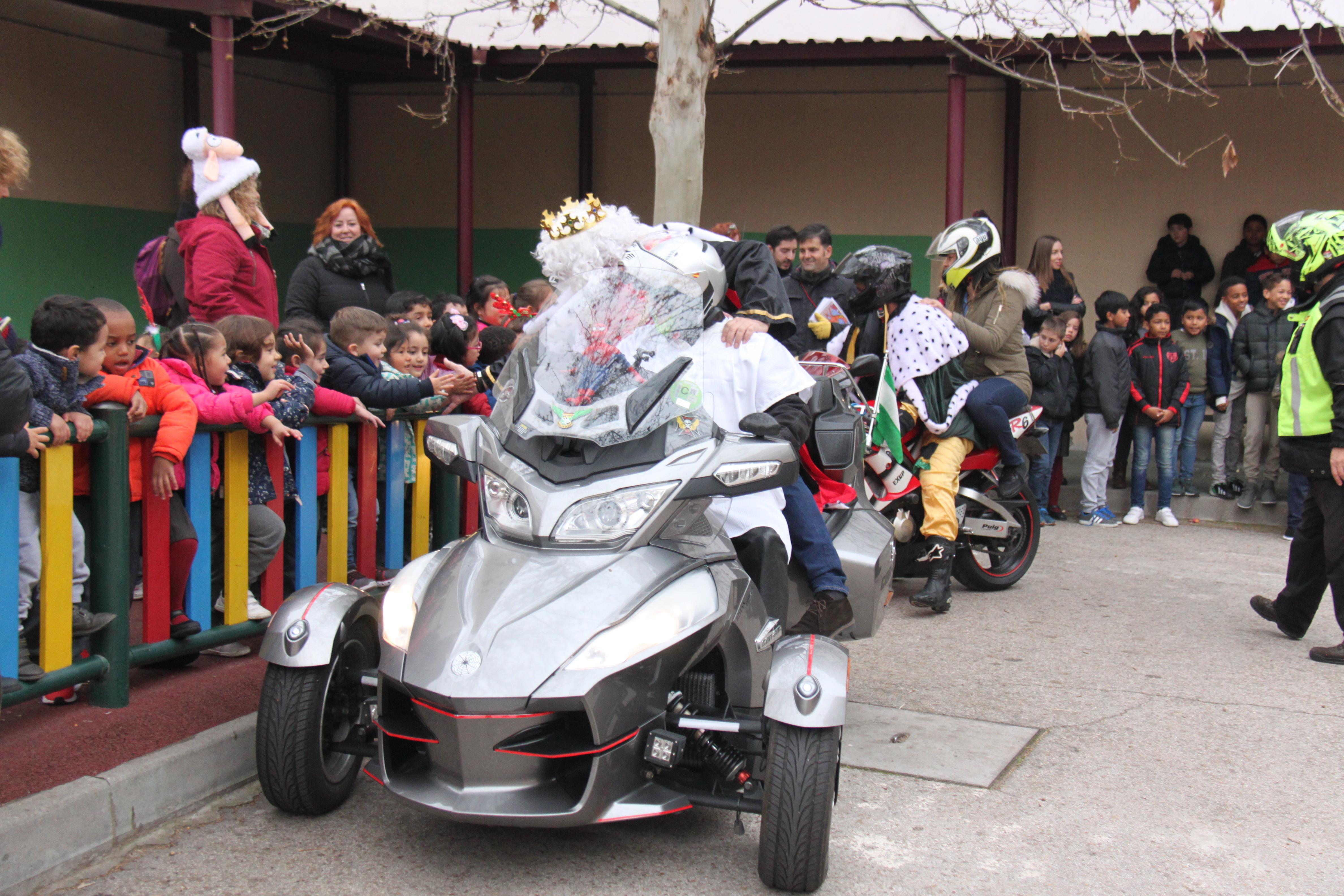 Visita de sus Majestades los Reyes Magos al colegio Luis Bello en moto 2018 14