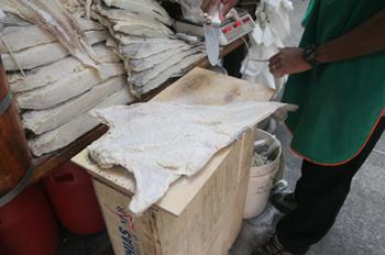 Cortando bacalao en el mercado de abastos de Sao Paulo, Brasil