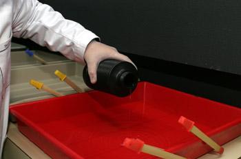 Llenando las cubetas con los químicos