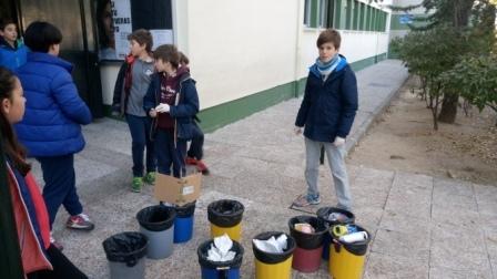 Litter Less Campaign_Masa de las papeleras de clase   5