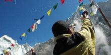 Rociando arroz y harina sobre el altar de la Puja