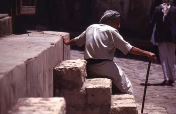 Anciano descansando en una escalera, Yemen