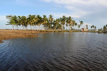 El agua invade la tierra, Melaboh, Sumatra, Indonesia