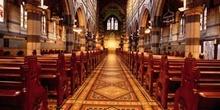 Interior de una iglesia o catedral