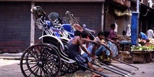 Porteadores de rickshaw esperando clientes, Calcuta, India