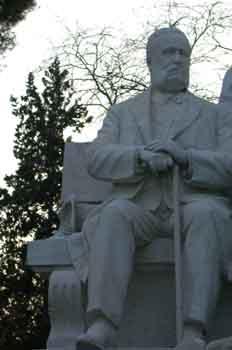 Estatua de Don Ramón de Campoamor, obra de Lorenzo Coullaut Vale