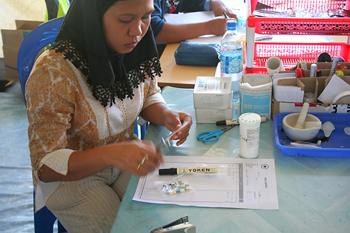 Preparando medicinas, Cruz Roja, Melaboh, Sumatra, Indonesia